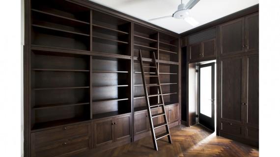 סולם וספריית עץ אלון